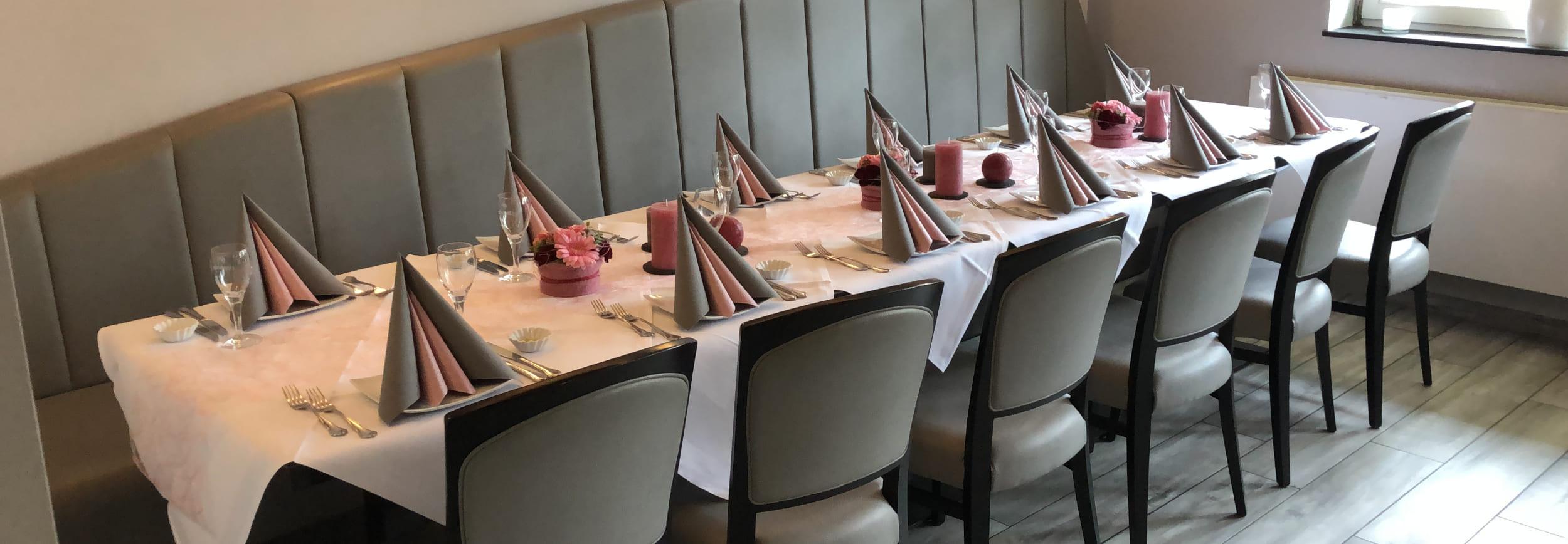 Tische gedeckt